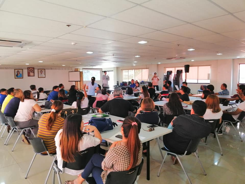 Richard Gomez talking to DICT RISTT Student-Scholars, Ormoc City